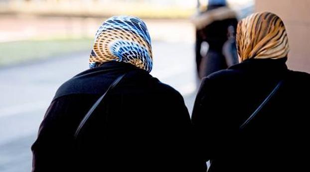Politie Amsterdam bekijkt toestaan hoofddoek