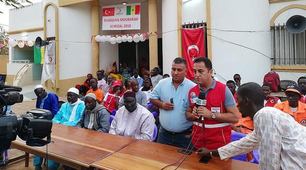 Turkije geeft iftarmaaltijd aan honderden weeskinderen in Sene...