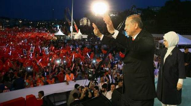 Turkije herdenk afslaan coup vorig jaar