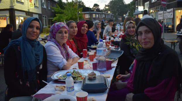 Turkse thuiszorgorganisatie geeft iftar-maaltijd aan hele straat