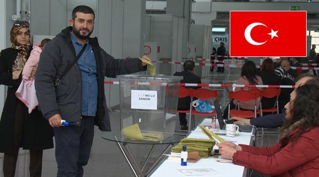 Stemlokalen open, duizenden Turken naar de stembus