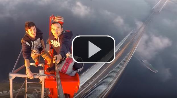 Jongens beklimmen hoogste brug Turkije