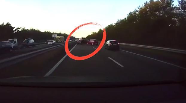 Hoe de autopiloot van deze auto een ongeluk voorkomt