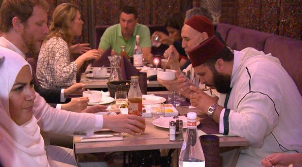 Moslims en niet-moslims bijeen tijdens iftar-maaltijd