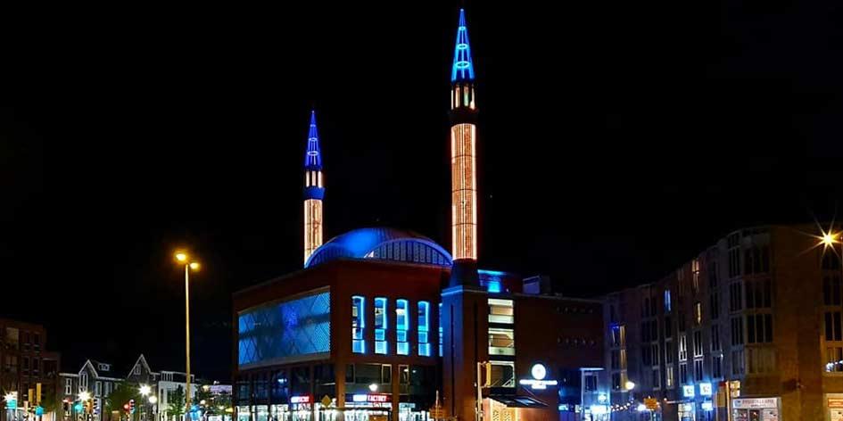 Ulu Moskee in Utrecht kleurt minaretten oranje ivm koningsdag